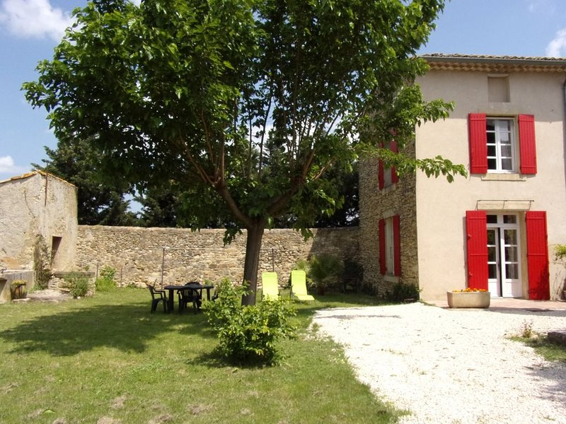 Furnished apartment in a Provencal farmhouse with character, casa vacanza a Orange