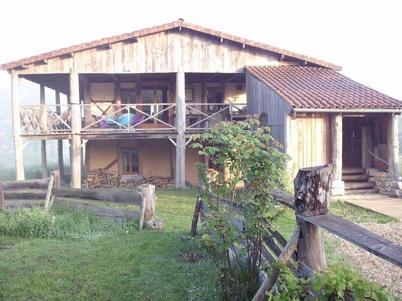 Grande maison écologique de 170m2 avec son balcon abrité de 120m2 au calme, casa vacanza a Cherveix Cubas