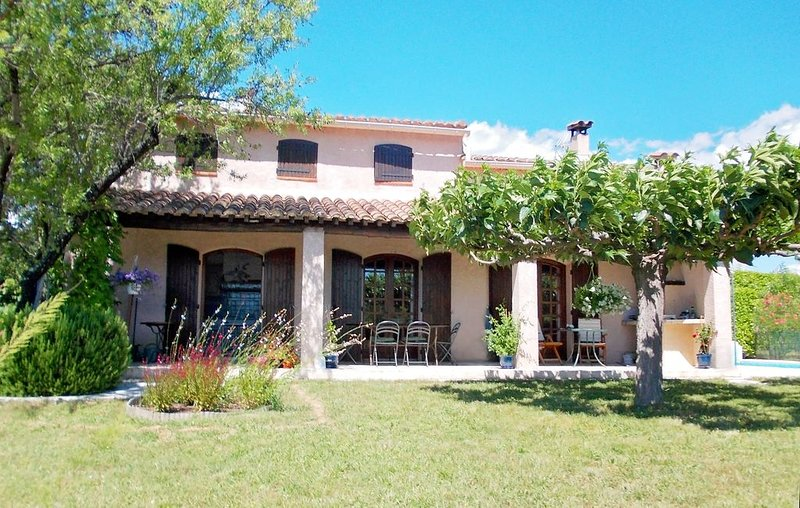 Superbe villa confortable et spacieuse, avec belle piscine, Gard Provencal, holiday rental in Venejan