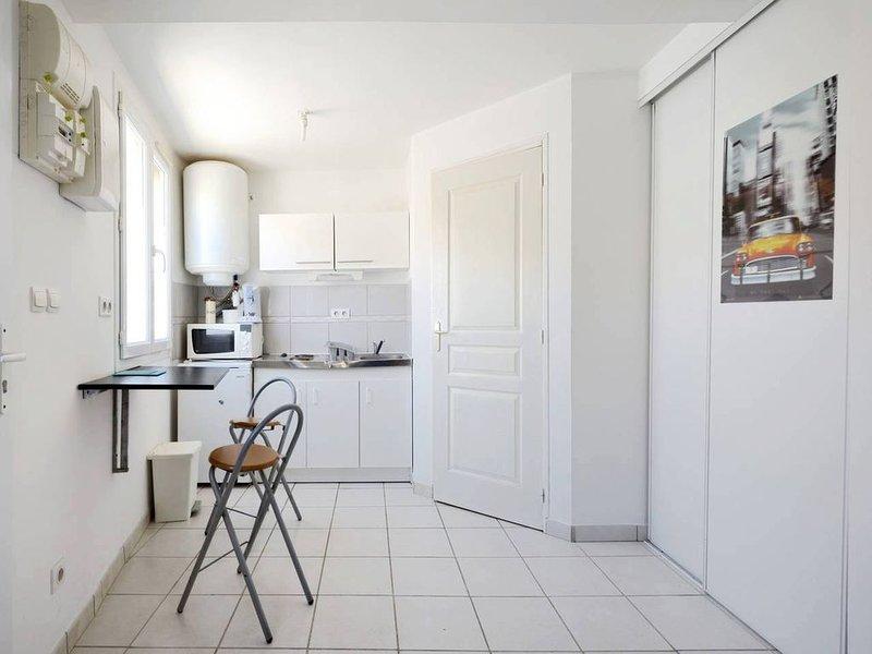 SUNNY STUDIO NEAR CREEKS, vacation rental in Marignane