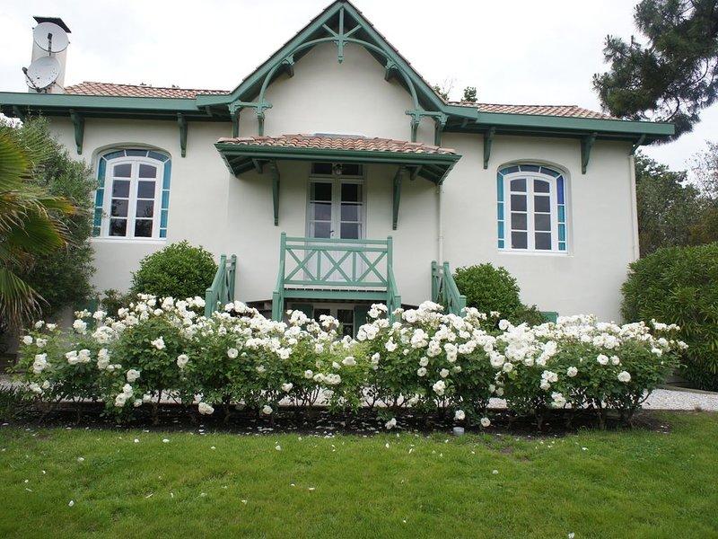 Dans jardin  charme et  confort pour ce bâtiment annexe indépendant de la Villa, vacation rental in Arcachon