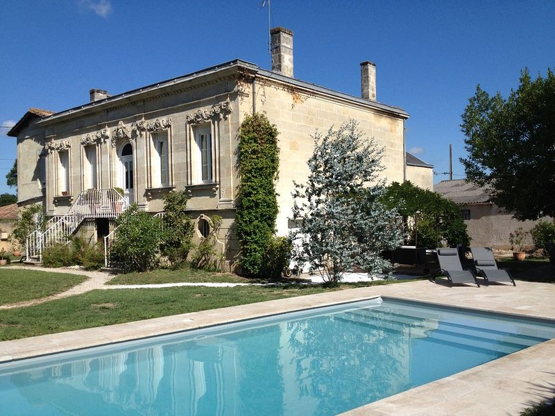 Gite entre Bordeaux et St Emilion dans maison bourgeoise, holiday rental in Saint-Louis-De-Montferrand