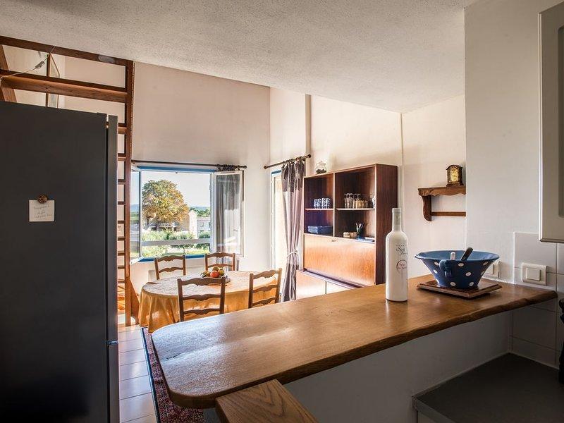 Duplex 65m2, lumineux et spacieux, belle vue campagne,  proche centre, parking, vacation rental in Uzes