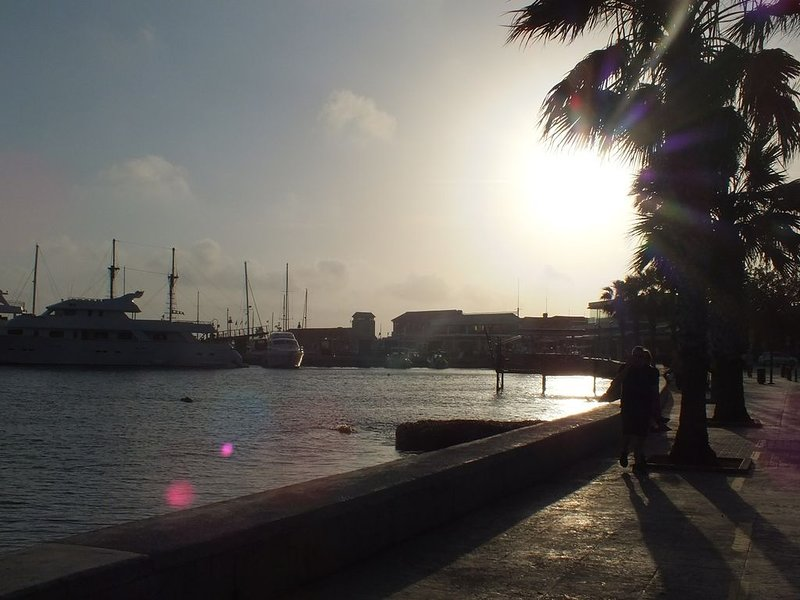 Le coucher de soleil sur le port