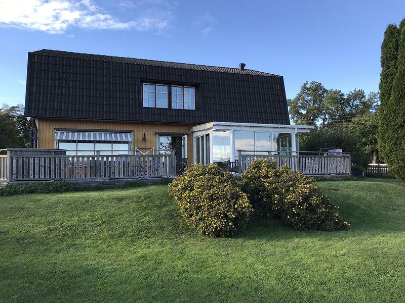 Villa med fantastisk utsikt och stor grästomt. Stor solaltan med spa-pool, vacation rental in Upplands-Bro Kommun