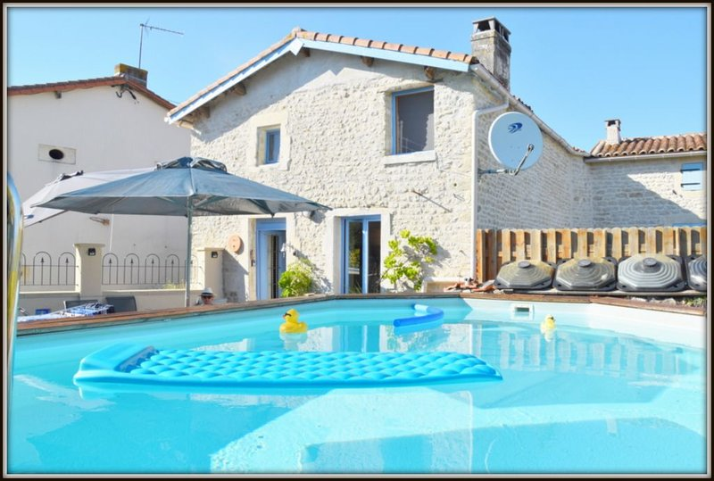 Lovely cottage in quiet hamlet with own pool, WIFI, close to La Rochelle coast, holiday rental in Saint Crepin