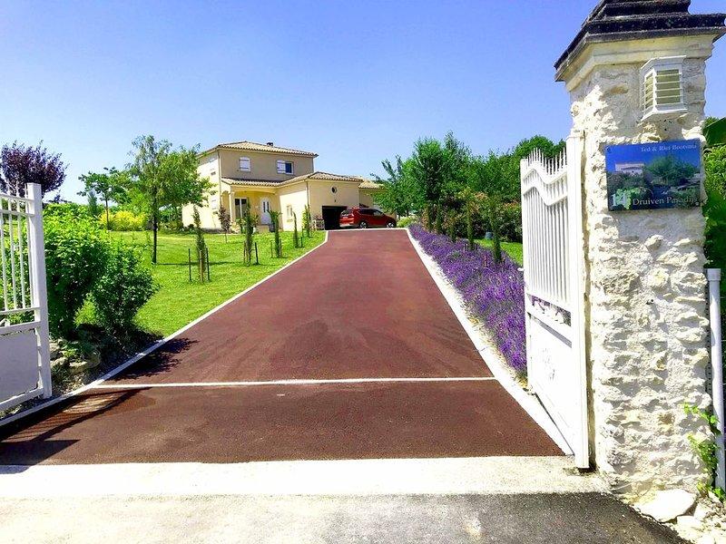 Huisje met grote tuin en zwembad grenzend aan de wijngaarden Charmante woning, vacation rental in Jarnac