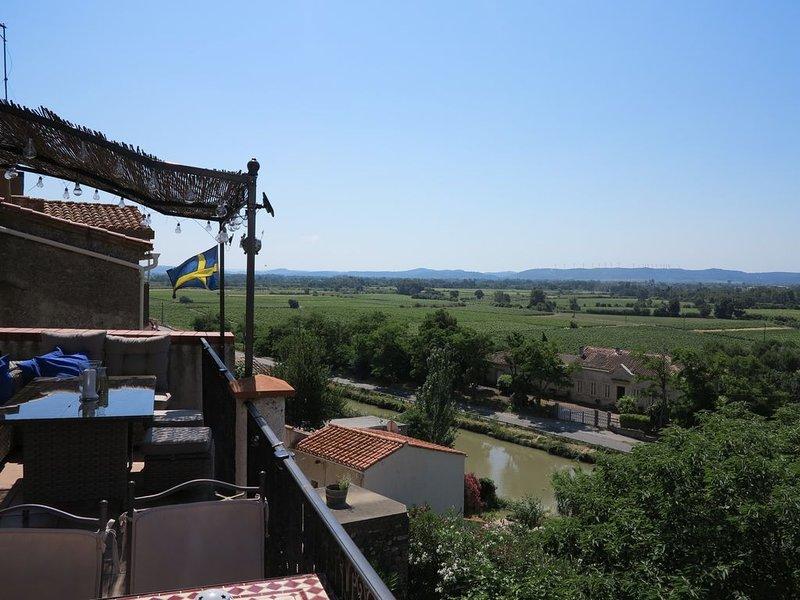 Vid Canal du Midi med underbar utsikt över vinfält & berg med trädgård och pool, holiday rental in Paraza