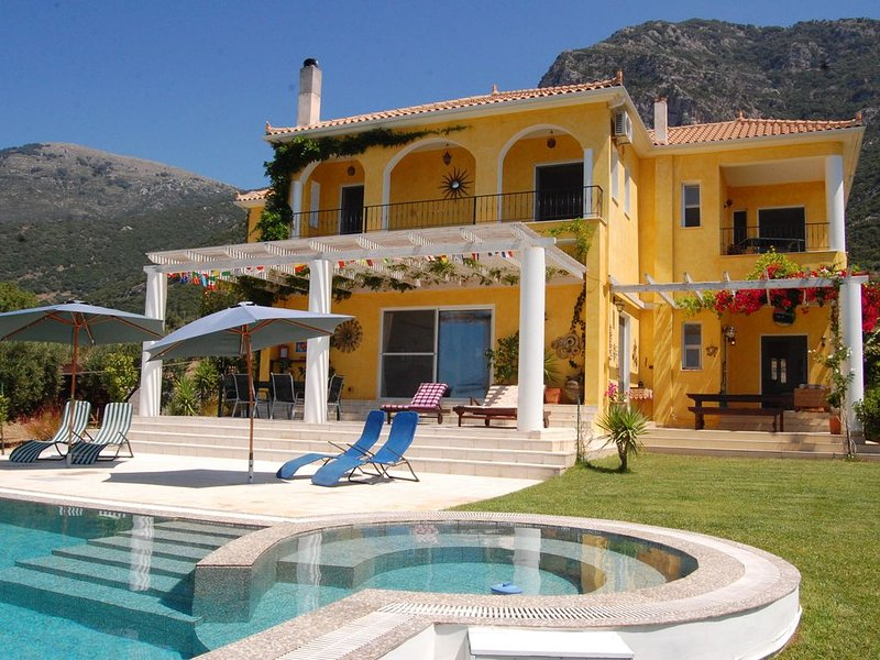 Exclusive Large Luxury Villa with Private Pool and Sea/Mountain views, holiday rental in Neochori