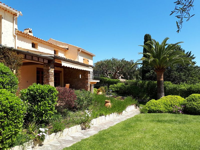 Villa *** near the beach, large idyllic garden, ideal for families & connoisseur, casa vacanza a La Croix-Valmer