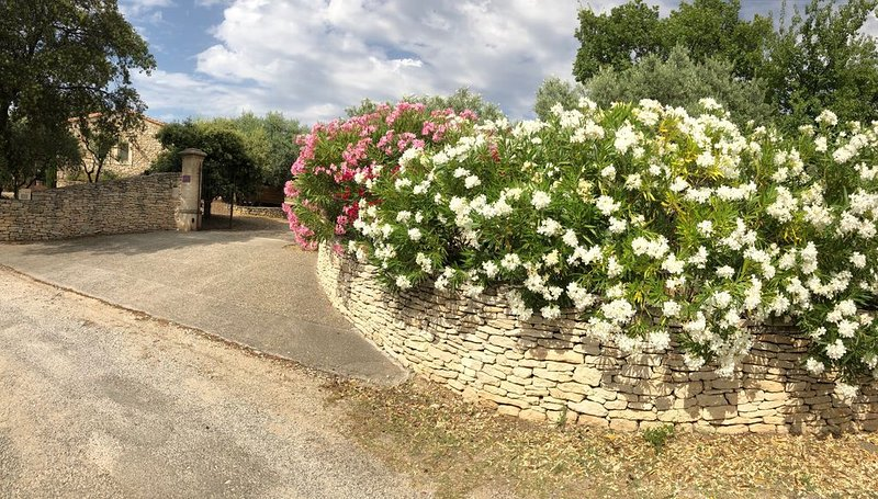 Charmante maison en pierre:3 chambres climatisées-3 S.d.b -piscine privée, aluguéis de temporada em Saint-Saturnin-les-Apt