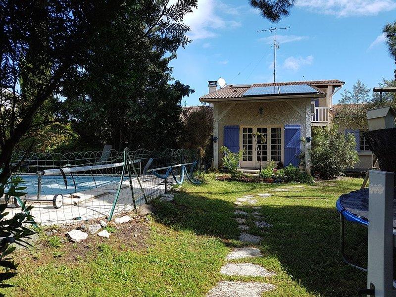 Belle maison  avec piscine sur les bords du bassin d' Arcachon, location de vacances à Biganos