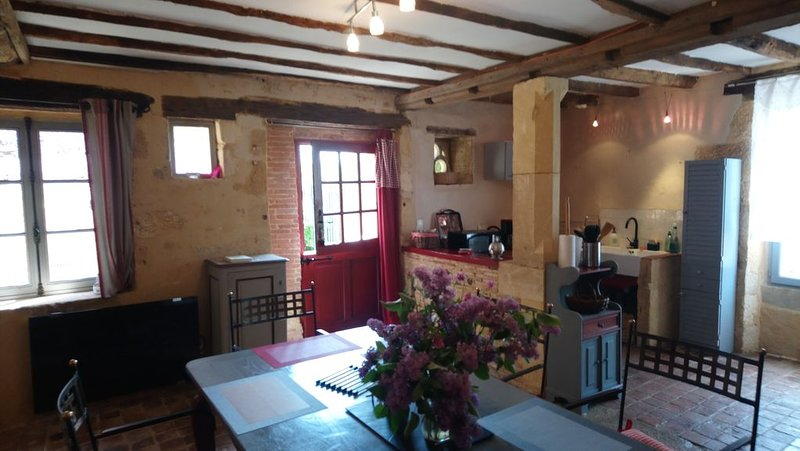 Old house modern comfort, sleeps 6, WiFi, 3 km from Sarlat, quiet, aluguéis de temporada em Grolejac