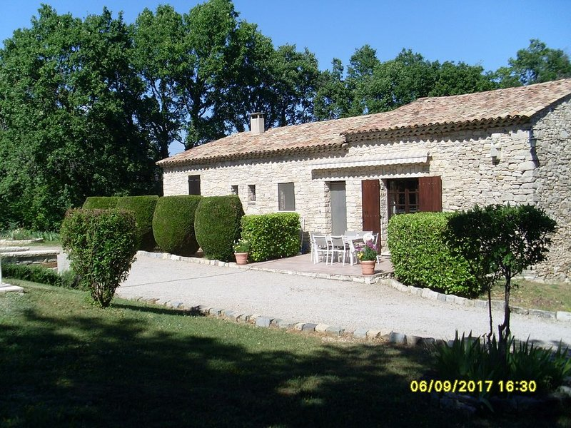 Renovated stone house, very well equipped, with pool secutisee sur14500, vacation rental in Oppedette