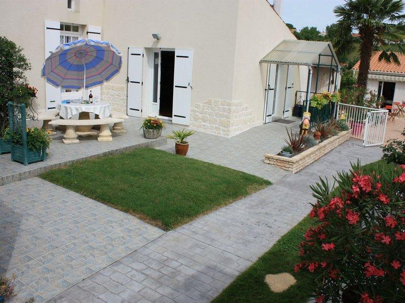 House furniture tourism 2 stars with holy pool 2 km city center, alquiler de vacaciones en Saintes