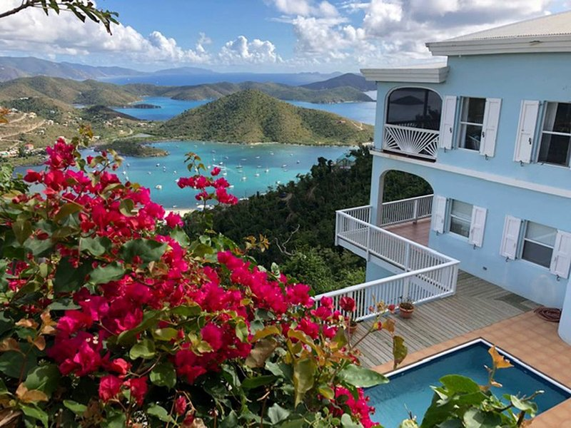 Waterlemon Villa ~ It's All About the View!  50 mile view of Drakes Channel, location de vacances à Coral Bay