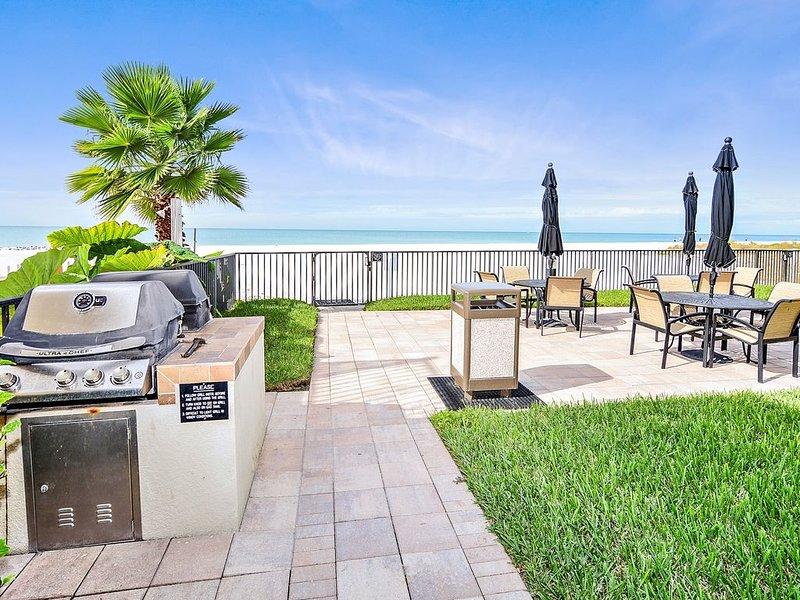 The Shores 103 Lovely Updates / Next to POOL / Beachfront Condo!, casa vacanza a Redington Shores