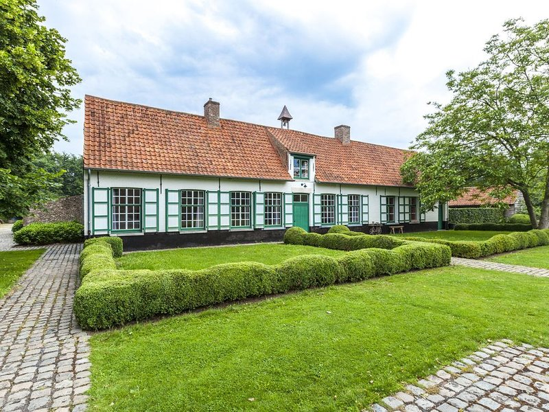 beautifull renovated farmhouse with traditional elements and a big garden, location de vacances à Dentergem