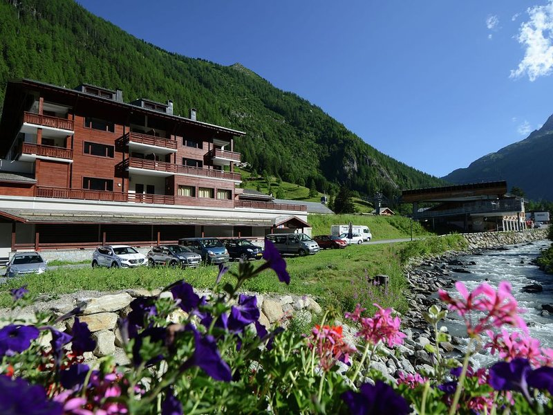 Modern apartment in the authentic Savoyard mountain village, vacation rental in Chamonix