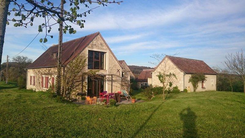 Charmant hameau très calme avec belle vue et grande piscine, casa vacanza a Ferriere-Larcon