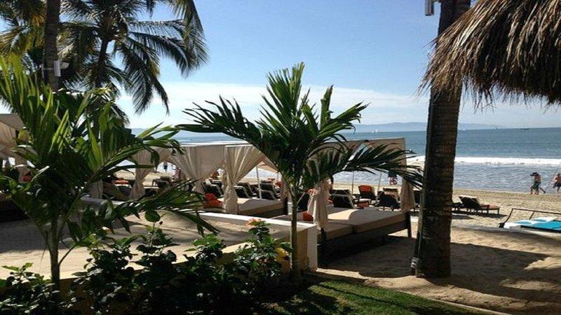 Beachfront All-Inclusive Resort, 1BR Suite, Luxuriate in the Sun and Sand, holiday rental in Nuevo Vallarta