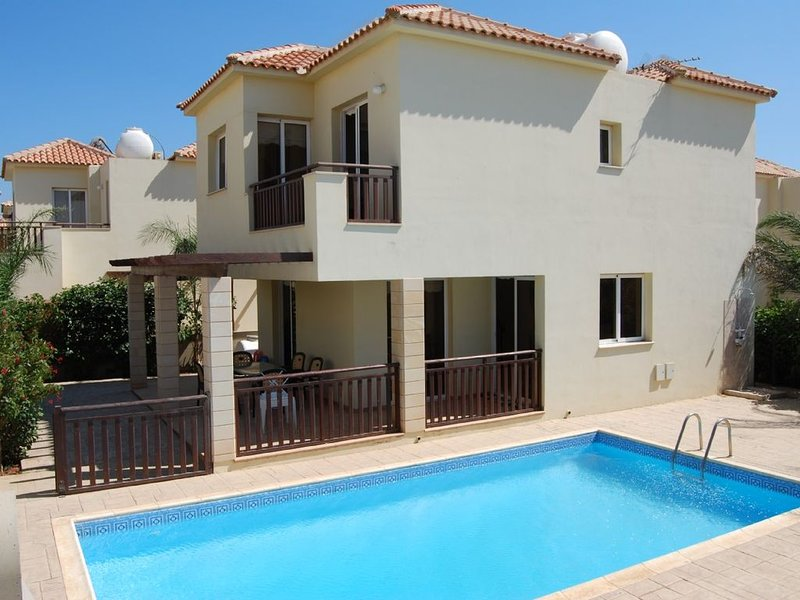 Luxury villa near the beach with private lockable  gated pool, alquiler vacacional en Liopetri