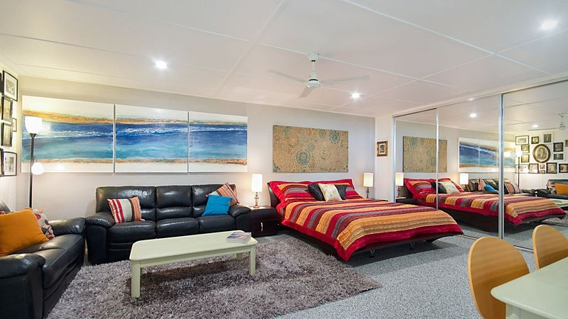 S/C UNIT CENTRAL TO KIRRA & COOLY - MIN 2 NIGHT, holiday rental in Tweed Heads