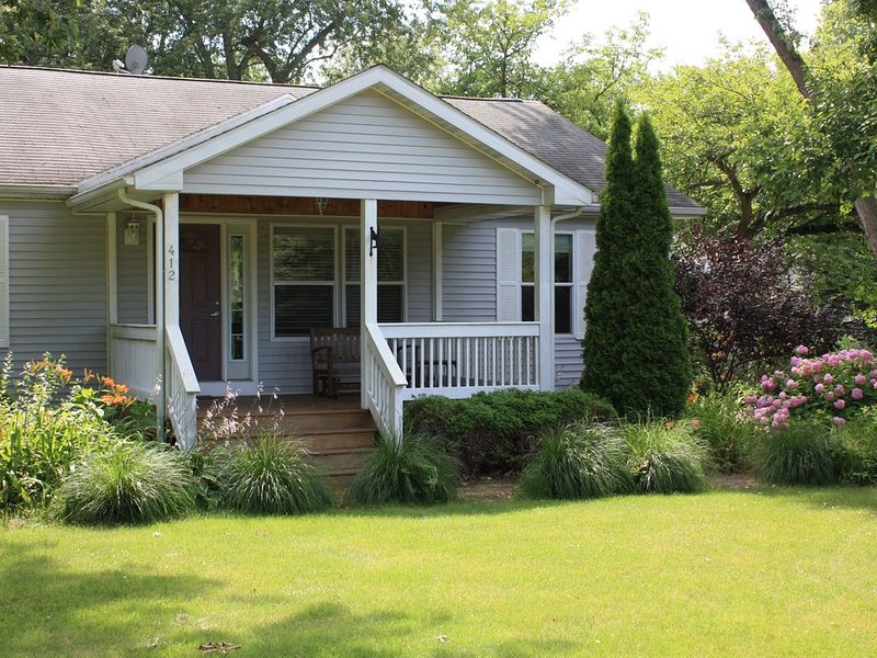 3 Bedroom Cottage- walking distance to beach & downtown New Buffalo- Come Enjoy!, holiday rental in New Buffalo