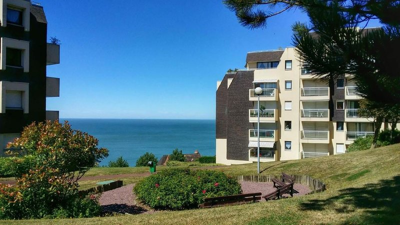 TROUVILLE : Appart 2 P, terrasse. Magnifique vue mer. Proche centre & plage., holiday rental in Trouville-sur-Mer