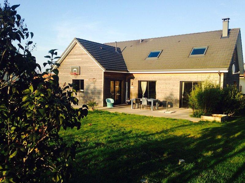 Maison en Bois, Tout Confort, Vaste Jardin fleuri et reposant 2 kms des plages, holiday rental in Quiberville