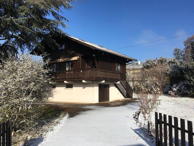 Chalet renové, 4 Ch., 20mn des pistes, 10mn du lac et 5mn du centre d'Aix, casa vacanza a Montcel
