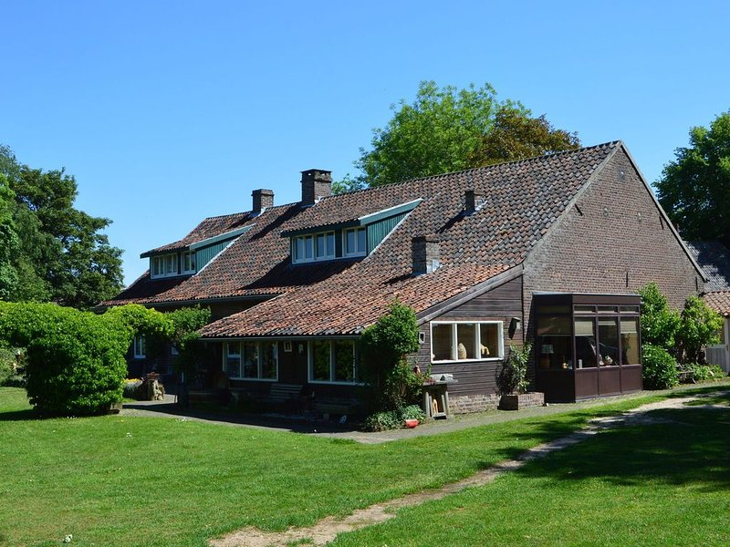 Holiday Home in Lottum with Terrace,Garden,BBQ,Pond, Parking, holiday rental in Broekhuizen