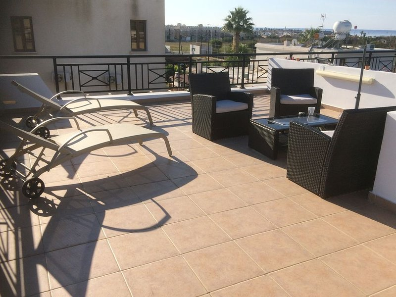 Fabulous Roof Terrace near Tombs of the Kings on small complex with pool, holiday rental in Paphos District