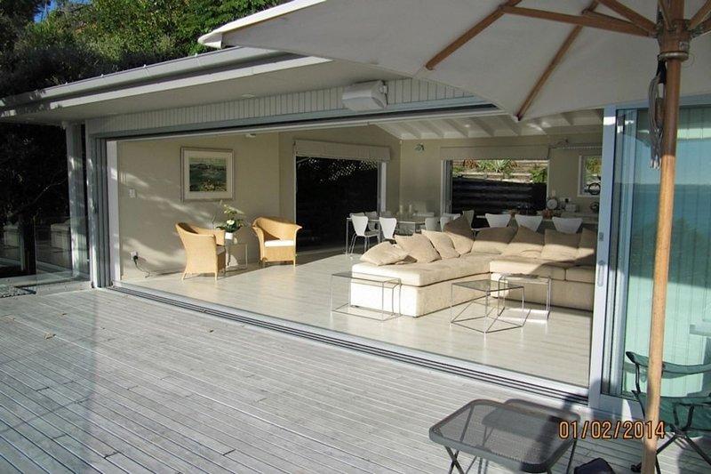 Stunning Modern Holiday Home, alquiler de vacaciones en Whangaparaoa
