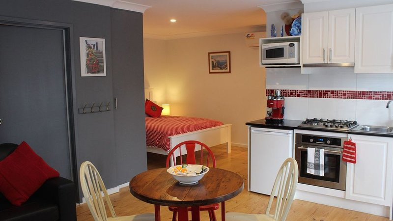 Lyttle Cook BnB Canberra-Location-free wifi-fresh seafood shop-free bikes, vacation rental in Murrumbateman