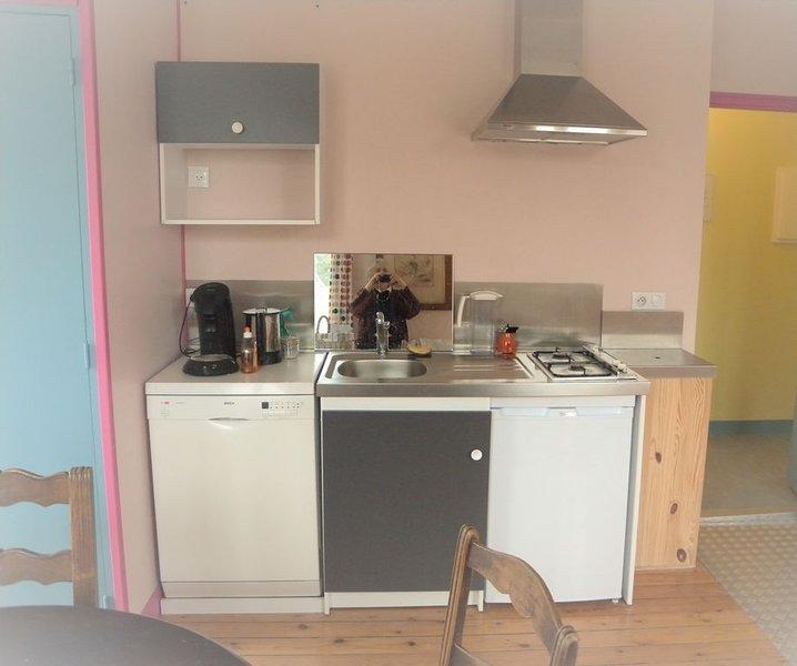Piccola cucina, forno, microonde, lavastoviglie, frigorifero, caffettiera, bollitore
