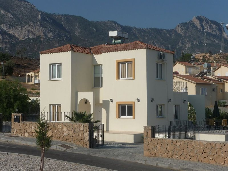 Luxury villa with fantastic sea and mountain views. Large private pool and WIFI, vacation rental in Catalkoy