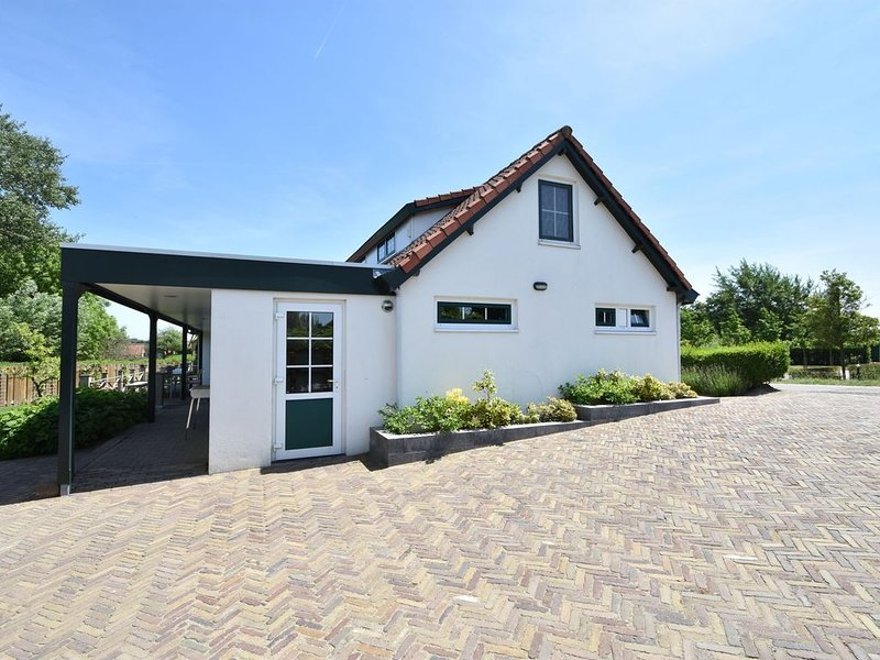 Luxury Holiday Home in Oostvoorne by the Lake, location de vacances à 's-Gravenzande