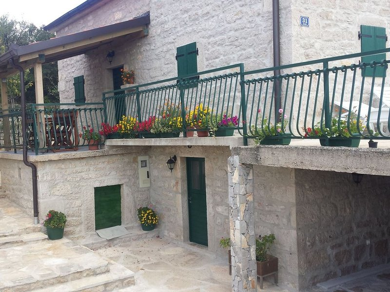 Elegant Holiday Home in Cetina Dalmatia with Garden, location de vacances à Zverinac