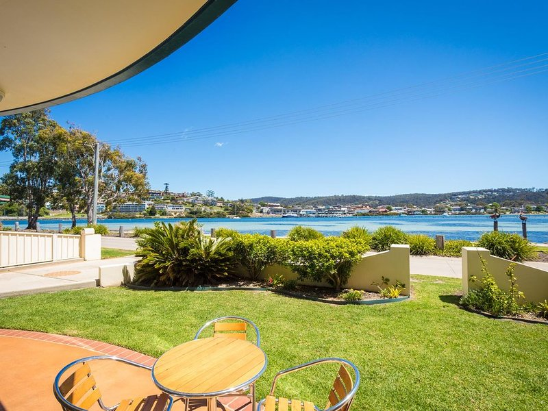 Cetacea Luxury Apartments - 2 Bedroom Lake View Apartment, holiday rental in Merimbula