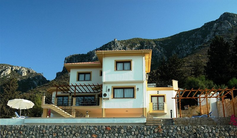 Luxury Villa with Private Pool and Spectacular Views, location de vacances à Edremit (Trimithi)
