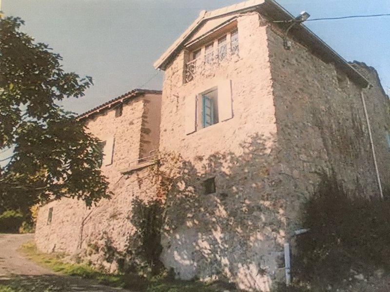 Maison traditionelle de hameau avec terrasse, holiday rental in Prades