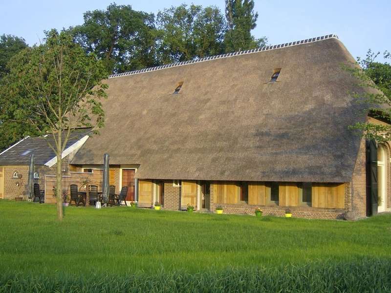 Staying in a thatched barn with bedroom and box bed, beautiful view, Achterhoek, location de vacances à Zwillbrock