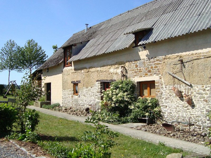 Rustic Holiday Home in Normandy France with Garden, location de vacances à Moyon