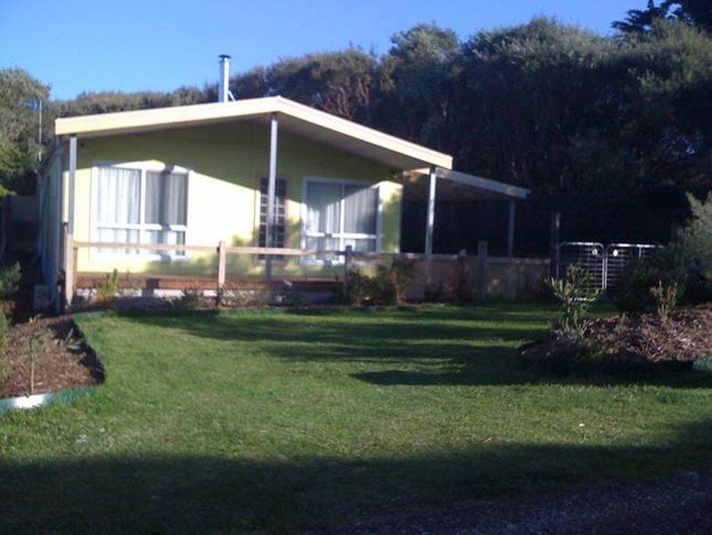 Dog friendly close to beach/shops, trampoline, hot outside shower, eco-friendly., location de vacances à Yanakie