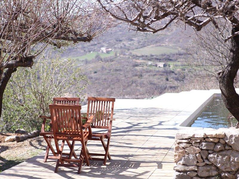 Montbrun - Charmant Gite avec piscine et vue sur le Mt ventoux, holiday rental in Chateauneuf-Miravail