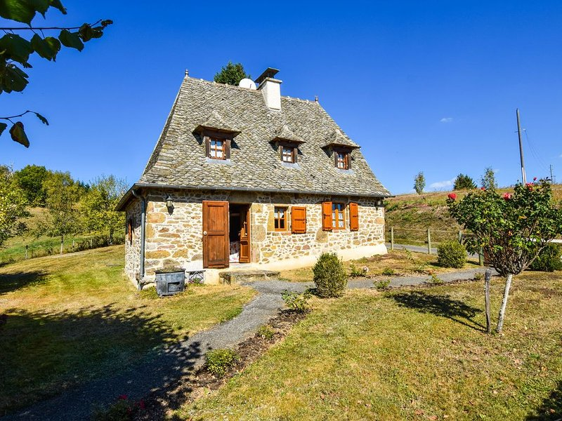 Holiday Home in Auvergne with Roofed Garden and Terrace, holiday rental in Calvinet