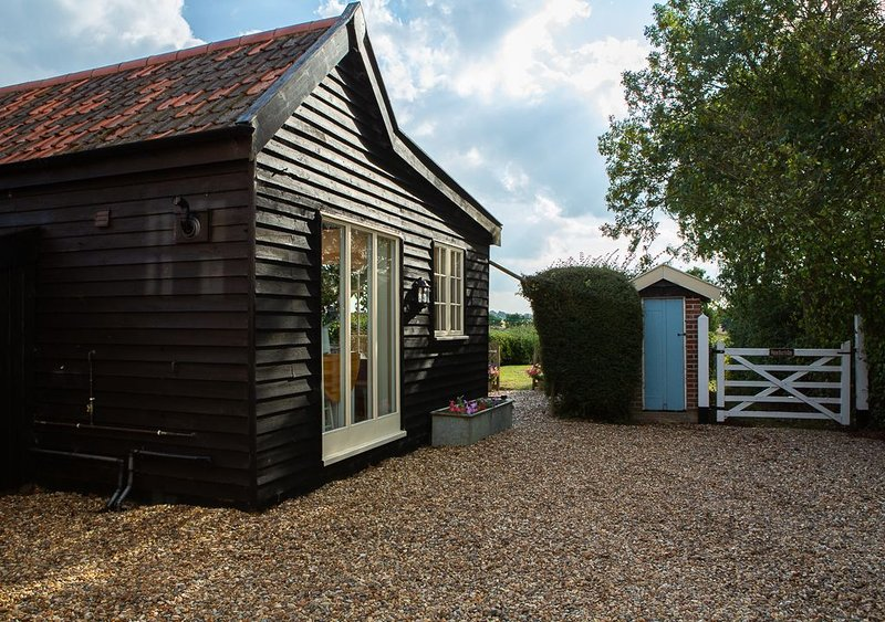 One bedroom barn with open plan living area, private patio/garden,great sunsets, Ferienwohnung in Pulham Market