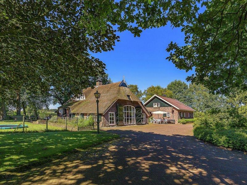 Villa on an Estate in Rheezerveen with Garden, alquiler vacacional en Dedemsvaart