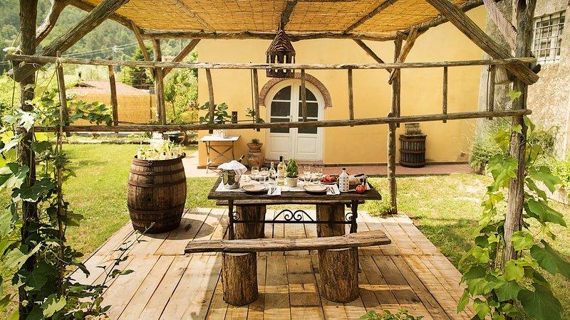 Rustico toscano con giardino privato  esclusivo in campagna, aluguéis de temporada em Camaiore